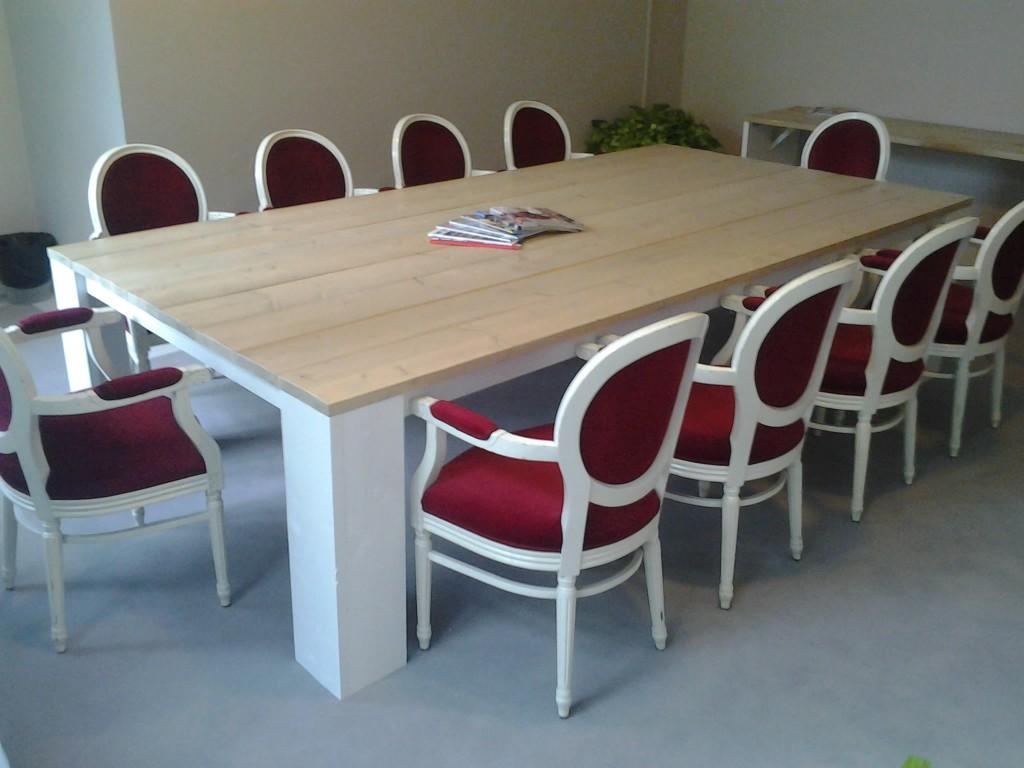 Grote vergadertafel van gelakt steigerhout met wit onderstel