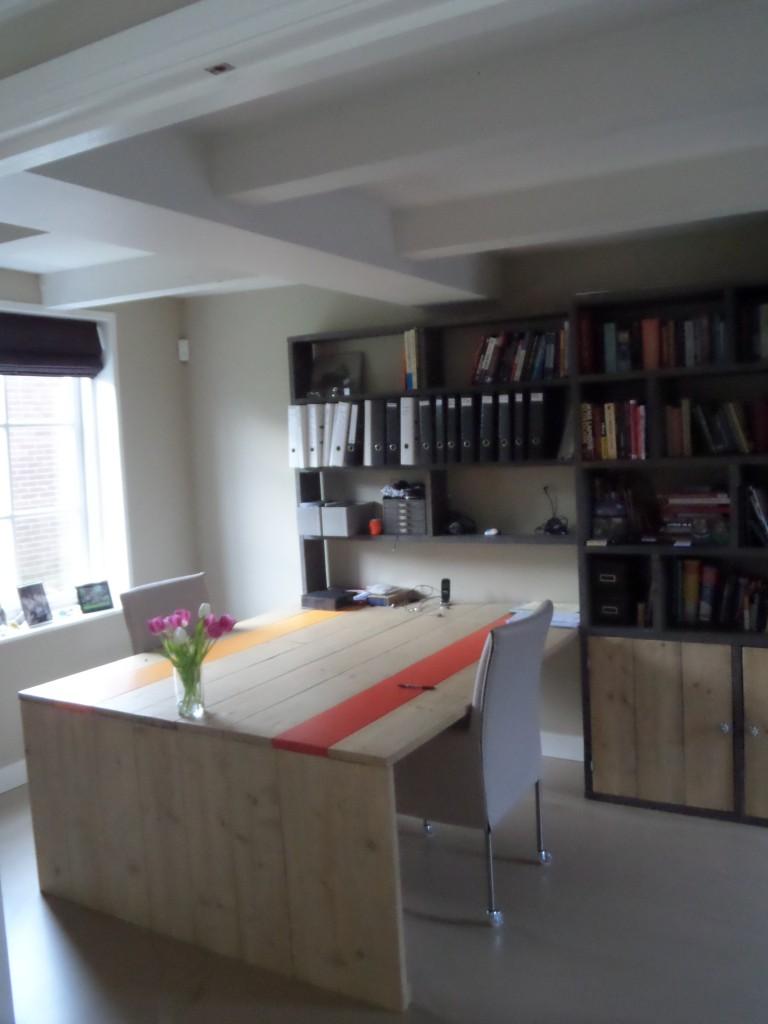 Kastenwand met bureaus van gelakt steigerhout