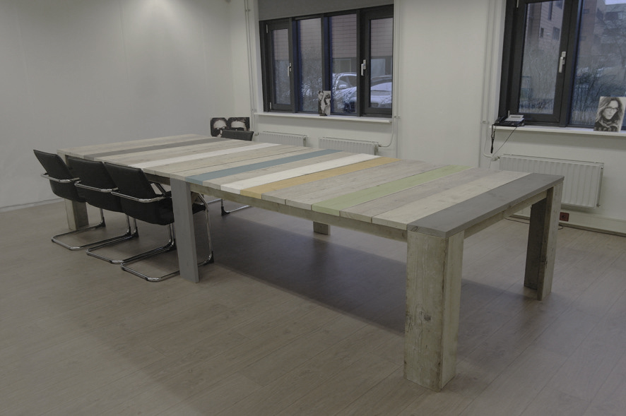 Grote tafel met gekleurde delen