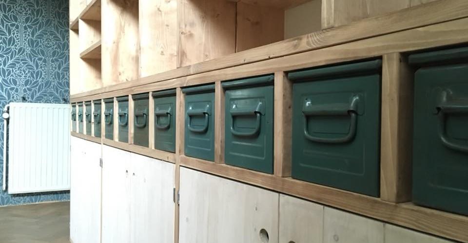 Authentieke industriële bakken in vakkenkast van steigerhout.