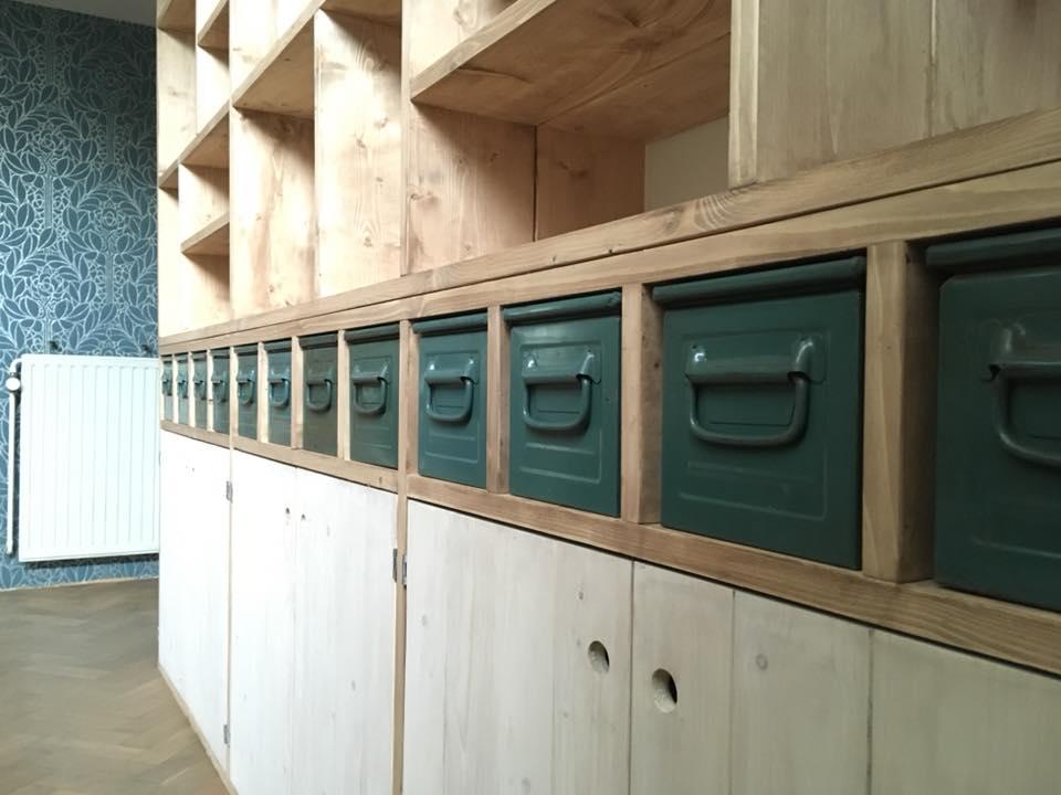 Bureau met kastenwand van steigerhout bedden kasten