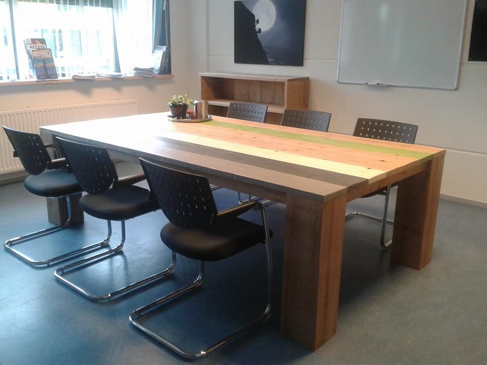 Grote vergadertafel van gelakt steigerhout