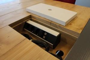 Conferentietafel met ruimte voor contactdoos, op maat gemaakt