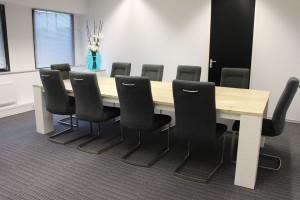 Expoproof, Grote vergadertafel met wit onderstel