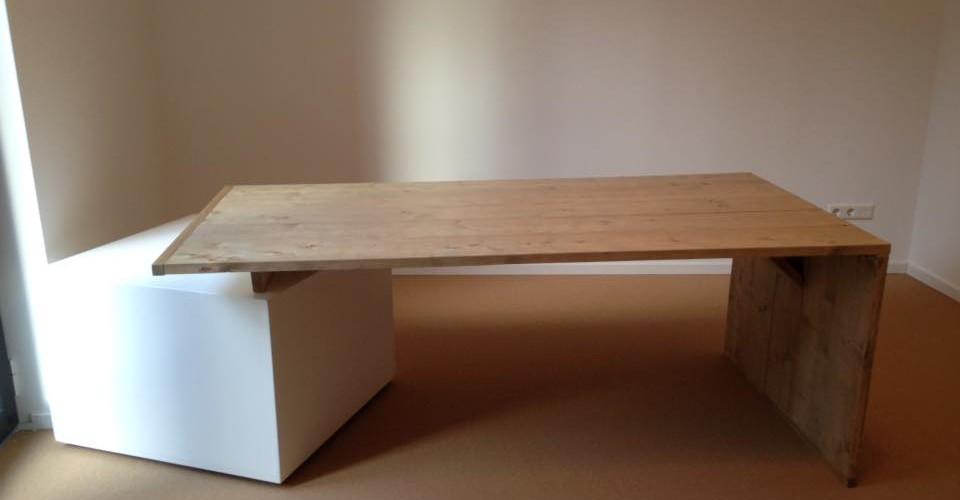 Bureau met strak ladeblok achterzijde.