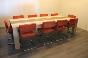 Grote vergadertafel van steigerhout met kleur