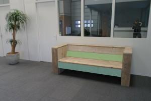 Loungebank steigerhout met een kleurtje